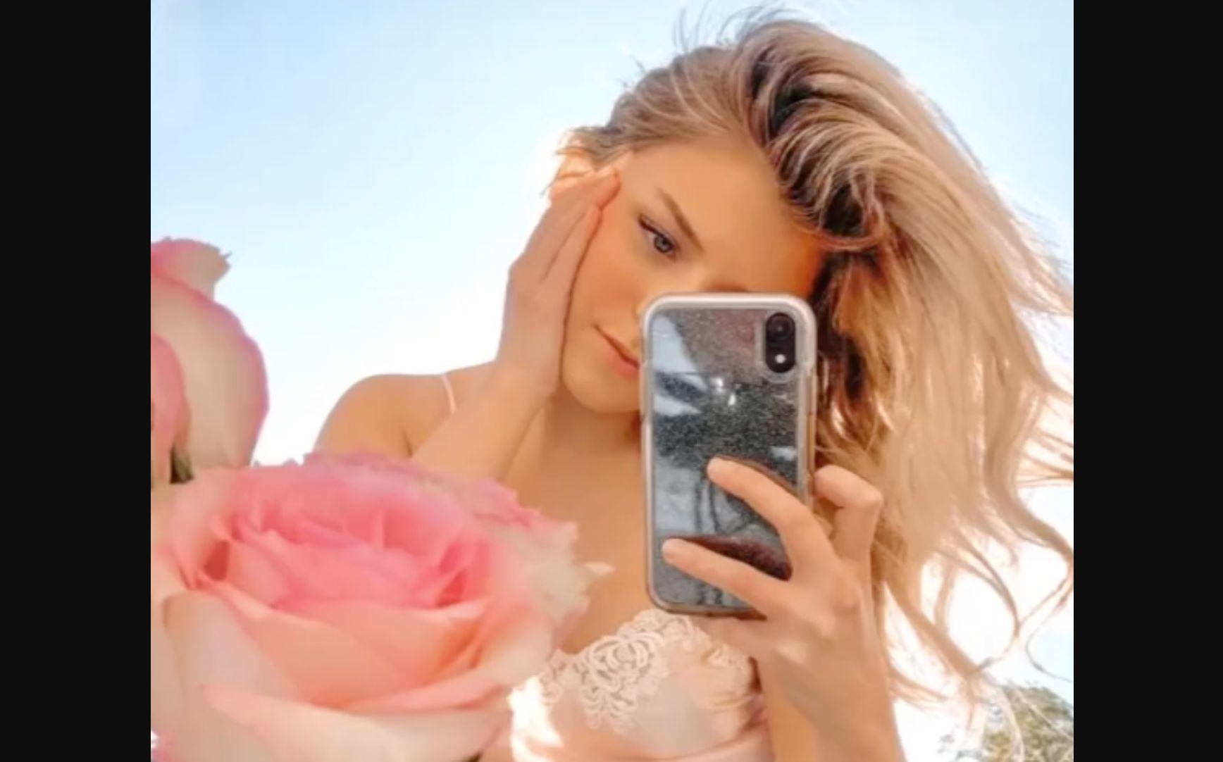 Tiktok Influencer Reinvents The Mirror Selfie